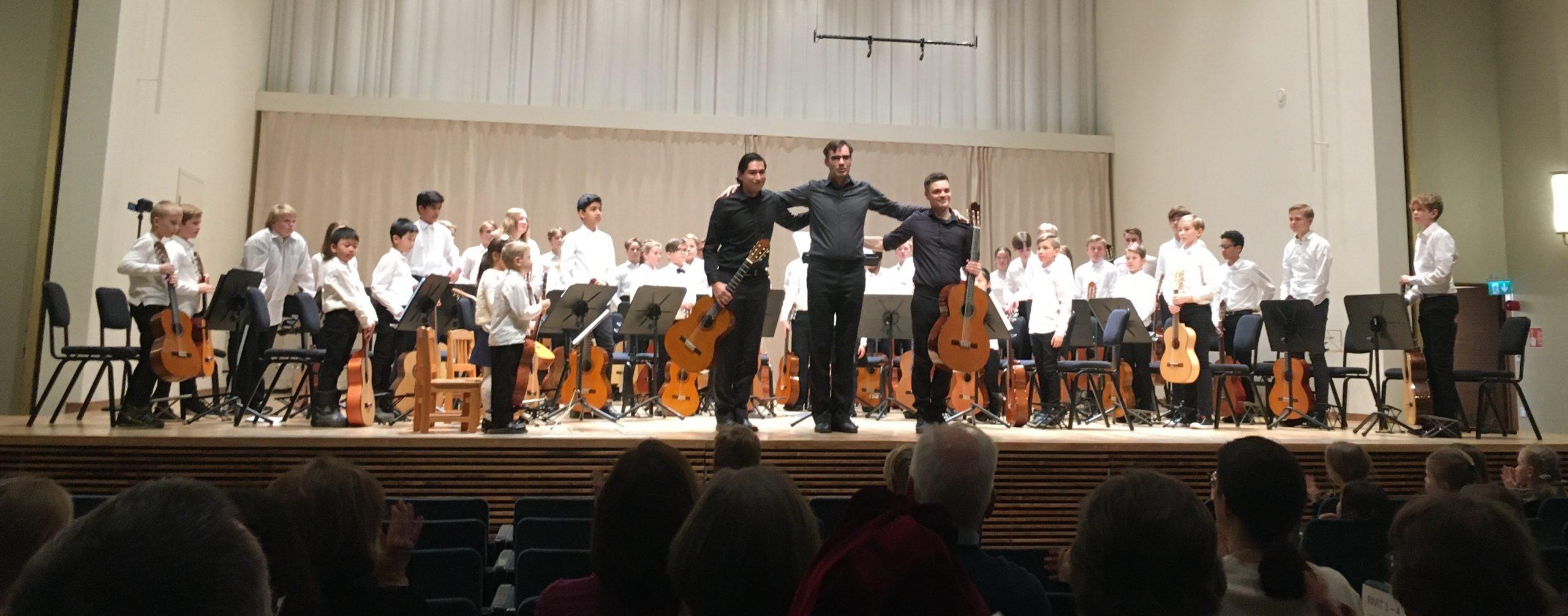 kuvassa on Avonian kitaraorkesteri